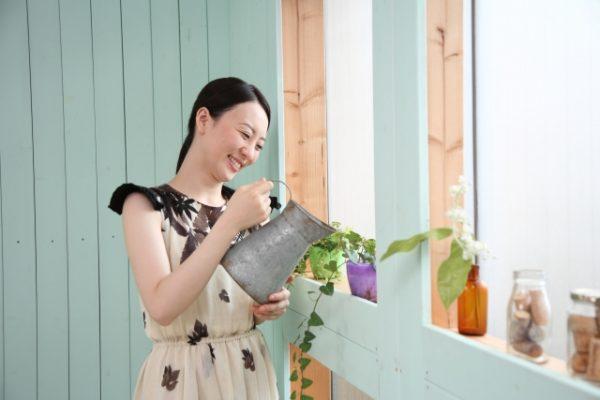 植物に水をあげる女性