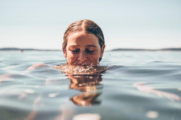 """スキンケア化粧品成分の大半を占める""""水""""の気になる種類と役割って?"""