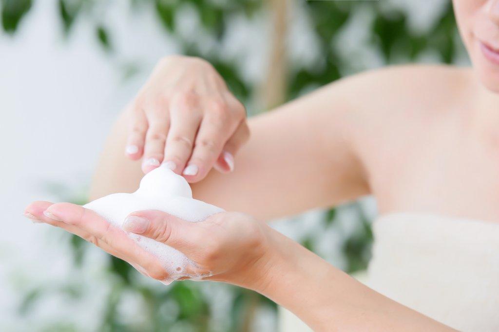 ぬるま湯洗顔は実はNG?肌質別正しい洗顔方法について